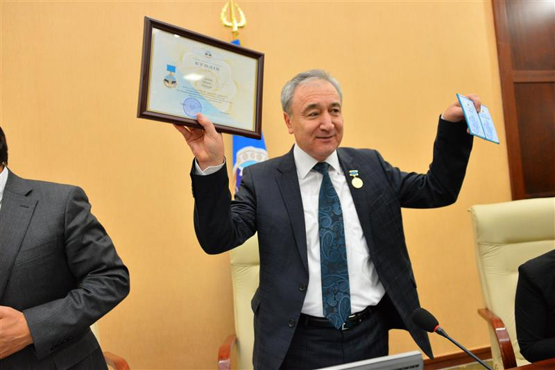 Academician Zharmenov Abdurasul Aldashevich awarded a medal of KazNU for the 80th anniversary of the University
