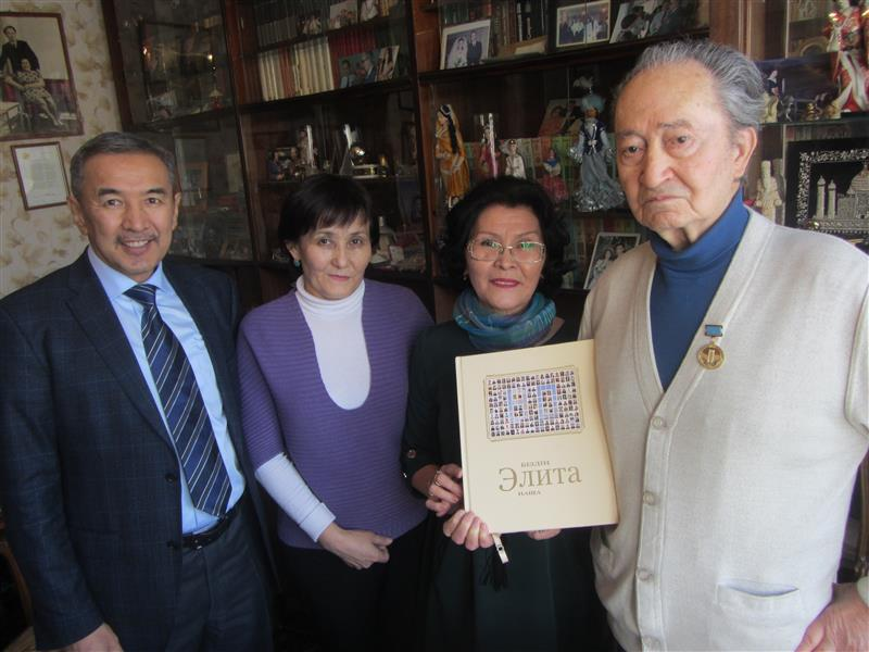 Sultan Suleymenovich Zhienbaev handed the book of the outstanding graduates of Kazakh National University